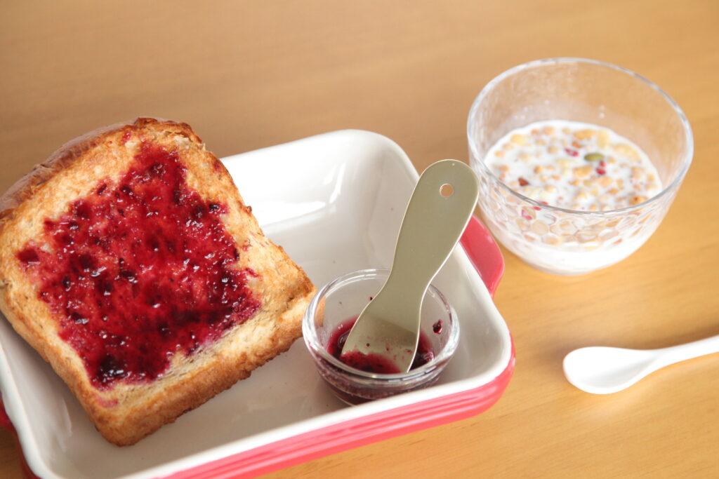 朝食はパンやシリアルなど準備が簡単なもので済ませます